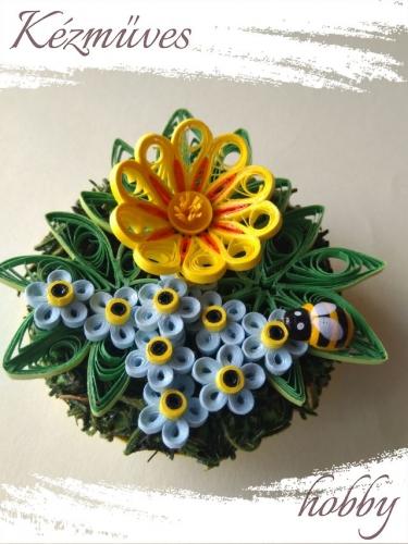 Quilling ajándék - Asztaldíszek - Kék nefelejcs sárga virággal - Quilling Asztaldísz