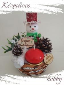 Quilling ajándék - Karácsonyi asztaldísz - Havas hóember névre szóló táblával - Karácsonyi asztaldísz