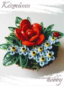 Quilling ajándék - Asztaldíszek - Kék nefelejcs piros virággal - Quilling Asztaldísz